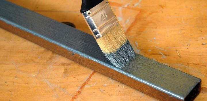 Nanošenje temeljne boje na željezo
